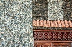 Facciata decorata della casa fatta delle pietre immagini stock