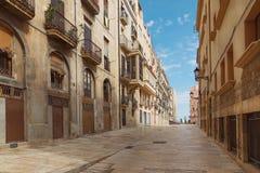 Facciata degli edifici residenziali con pavimentazione di marmo della città spagnola di Tarragona sulla costa Mediterranea immagini stock libere da diritti
