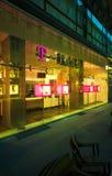 Facciata del deposito di T-Mobile alla notte Fotografie Stock Libere da Diritti