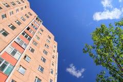 Facciata del grattacielo con gli appartamenti con cielo blu Fotografia Stock Libera da Diritti