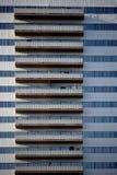 Facciata del grattacielo con i balconi Immagine Stock