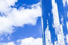 Facciata del grattacielo a New York sotto cielo blu fotografia stock