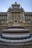 Facciata del museo nazionale a Praga fotografie stock