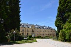 Facciata del palazzo dei giardini dell'azienda agricola Art History Biology fotografie stock libere da diritti