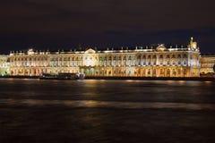Facciata del palazzo di inverno dal Neva sulla notte augusta St Petersburg Immagini Stock Libere da Diritti