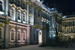 Facciata del palazzo di inverno nella notte di inverno Fotografia Stock Libera da Diritti