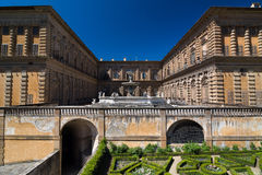 Facciata del palazzo di Pitti con la fontana ed i giardini di Boboli Fotografia Stock Libera da Diritti