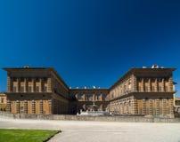 Facciata del palazzo di Pitti con la fontana ed i giardini di Boboli Immagine Stock