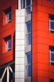 Facciata del rosso della casa nello stile alta tecnologia Fotografie Stock Libere da Diritti