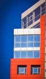 Facciata del rosso della casa nello stile alta tecnologia Fotografie Stock