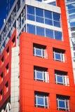 Facciata del rosso della costruzione nello stile alta tecnologia Immagine Stock