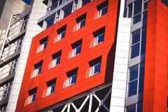 Facciata del rosso della costruzione nello stile alta tecnologia Immagini Stock