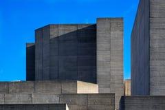 Facciata del teatro nazionale di Londra contro cielo blu immagine stock libera da diritti