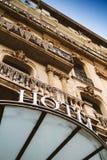 Facciata dell'albergo di lusso con la parola dell'hotel sopra l'entrata ufficiale Immagine Stock Libera da Diritti