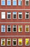 Facciata dell'edificio per uffici entro la notte Fotografie Stock Libere da Diritti