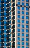 Facciata dell'edificio per uffici moderno alla luce solare di mattina Fotografia Stock Libera da Diritti