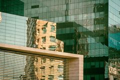 Facciata dell'edificio per uffici nell'ambiente dorato Fotografia Stock