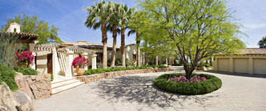 Facciata dell'entrata anteriore della villa di lusso immagini stock libere da diritti