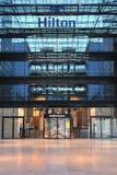 Facciata dell'hotel dell'aeroporto di Hilton Francoforte Fotografia Stock Libera da Diritti
