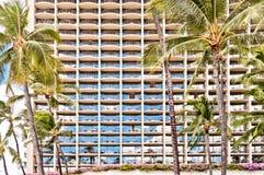 Facciata dell'hotel di Waikiki con le palme a Honolulu Fotografie Stock Libere da Diritti