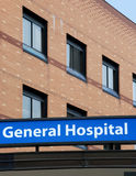 Facciata dell'ospedale con il segno Immagini Stock Libere da Diritti