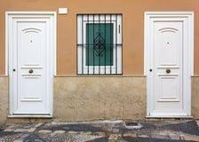 Facciata della Camera con due porte bianche Fotografia Stock Libera da Diritti