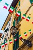 Facciata della Camera con le bandiere italiane a Firenze Immagine Stock