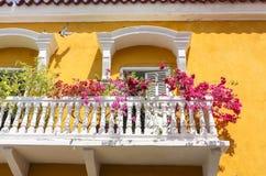 Facciata della casa coloniale con i balconi Fotografia Stock Libera da Diritti