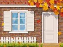 Facciata della casa con mattoni a vista nella stagione di autunno Fotografia Stock
