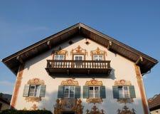 Facciata della casa con sei finetsre e una porta di vetro in Oberammergau in Germania Fotografia Stock