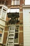 Facciata della casa del canale con una macchina di sollevamento in Olanda Fotografia Stock