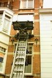 Facciata della casa del canale con una macchina di sollevamento in Olanda Immagini Stock
