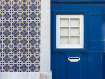 Facciata della casa di Lisbona con le mattonelle di azulejos immagini stock libere da diritti