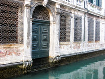 Facciata della casa lungo il canale a Venezia fotografia stock libera da diritti