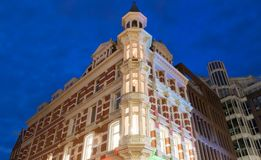 Facciata della casa olandese tradizionale nella luce notturna amsterdam netherlands fotografia stock