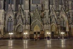 Facciata della cattedrale di Colonia o di alta cattedrale di St Peter di notte Fotografia Stock Libera da Diritti