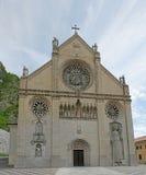 Facciata della cattedrale di Gemona con una statua del lato Fotografia Stock Libera da Diritti