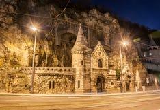 Facciata della chiesa della caverna con la collina interna di Gellert individuata chiarori della lente a Budapest Fotografie Stock