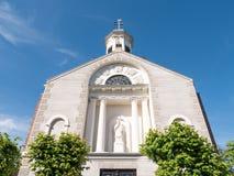 Facciata della chiesa di parrocchia con la statua di St John di Nepomuk, Woudrichem, Paesi Bassi Immagini Stock