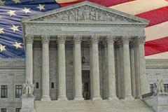 Facciata della Corte suprema del Washington DC sul backgound della bandiera americana Fotografia Stock Libera da Diritti