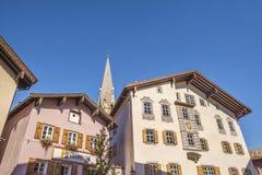 Facciata della costruzione in città medievale di Kitzbuhel, Austria Fotografie Stock