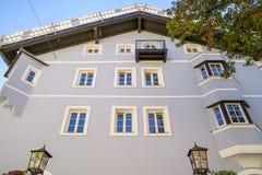 Facciata della costruzione in città medievale di Kitzbuhel, Austria Immagine Stock