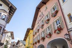 Facciata della costruzione in città medievale di Kitzbuhel, Austria Immagini Stock Libere da Diritti
