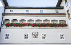 Facciata della costruzione in città medievale di Kitzbuhel, Austria Fotografia Stock Libera da Diritti