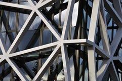 Facciata della costruzione con il reticolo asimmetrico fotografia stock