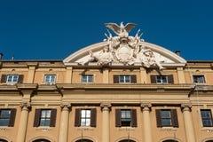 Facciata della costruzione con la statua dalla pietra di marmo sopra la costruzione di Roma Italia 2013 Fotografie Stock