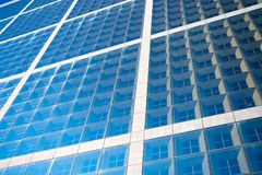 Facciata della costruzione con le finestre di vetro blu Architettura e struttura moderne Costruzione e progettazione Proprietà di fotografia stock