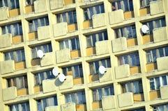 Facciata della costruzione di appartamento nel sobborgo del dormitorio Fotografia Stock Libera da Diritti