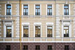 Facciata della costruzione di appartamento fotografia stock