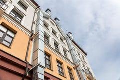 Facciata della costruzione di appartamento urbana contro il cielo nuvoloso Fotografia Stock
